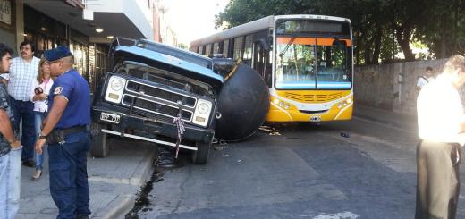 Choque entre colectivo y camión el Alberdi (Foto: @arroyogallardo)