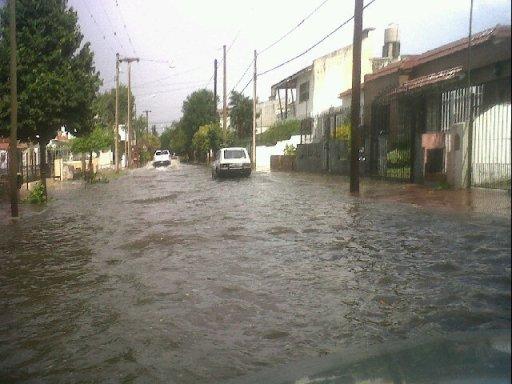 Calles de barrio Villa Cabrera quedaron inundadas luego de la lluvia. (Foto: @ogrenat)