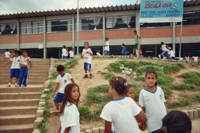 Die Kinder tragen alle Schuluniformen