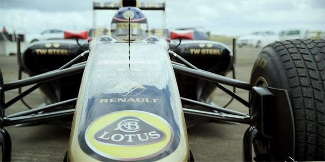 Lotus Renault R30 F1 car versus Bugatti Veyron Grand Sport