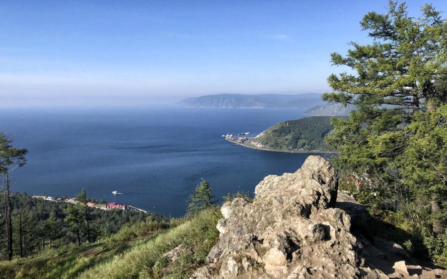 Blick auf den Baikalsee vom Tscherski Peak in Listwianka