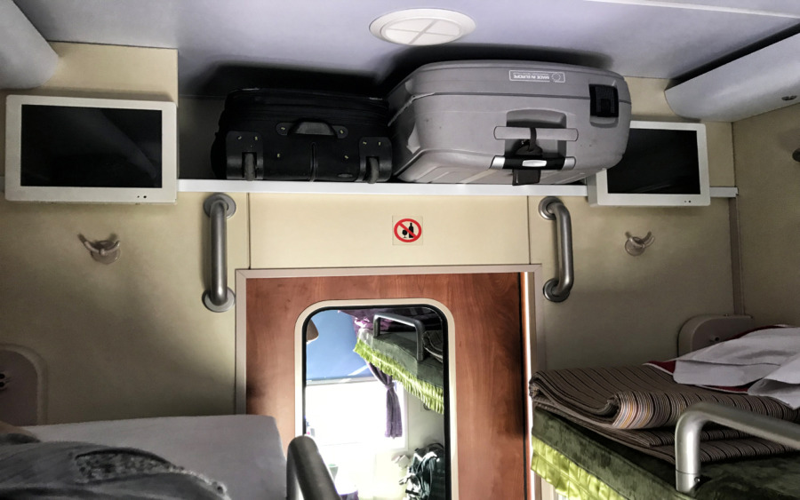 Gepäckaufbewahrung über den oberen Betten