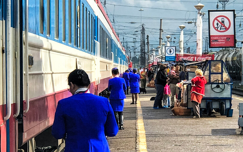 Schaffner vor dem mongolischen Zug Nr. 6 nach Ulan Bator
