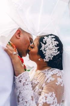 beautiful tongan wedding kissing photoshoot