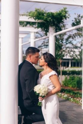 Uruguayan bride and groom kissing