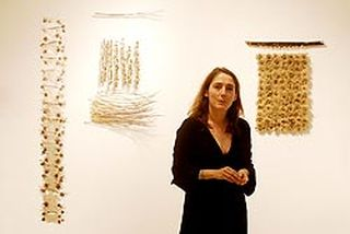 La artista Carmen Madreña Roja inauguró ayer una exposición en el Centro Cívico Rondilla.