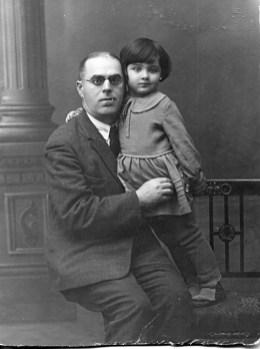 С дедушкой Захаром Давыдовичем. Ленинград, 1932