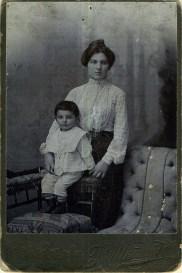 Эмилия Соломоновна Трауберг (бабушка)с сыном Лазарем. Одесса, 1903