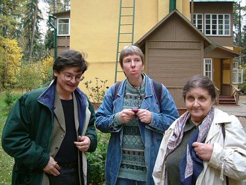 С П. Крючковым, Н.Романовой. Переделкино, 2005. 2005. Фото С.В.Агапова