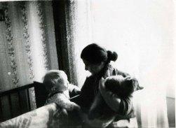 С внуком Матвеем и котом Кешей. Вильнюс, ул.Пшевалскё, 1981