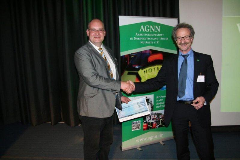 Dr. Wirtz (Vorsitzender der AGNN rechts im Bild) gratuliert dem Preisträger Prof. Byhahn