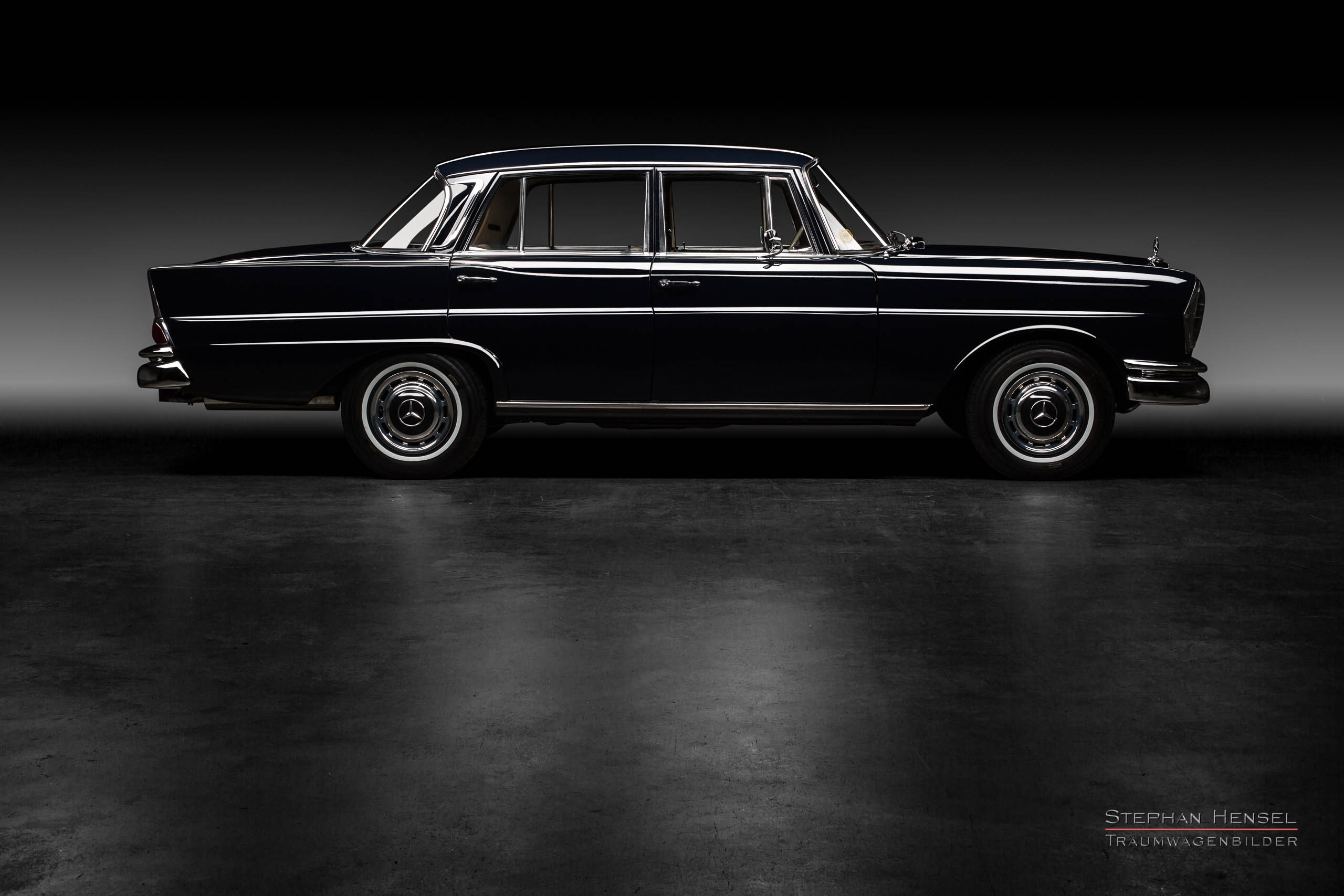 Mercedes-Benz 230 S, Seitenansicht im Studio, Autofotografie: Stephan Hensel, Hamburg, Oldtimerfotograf, Oldtimerfotografie