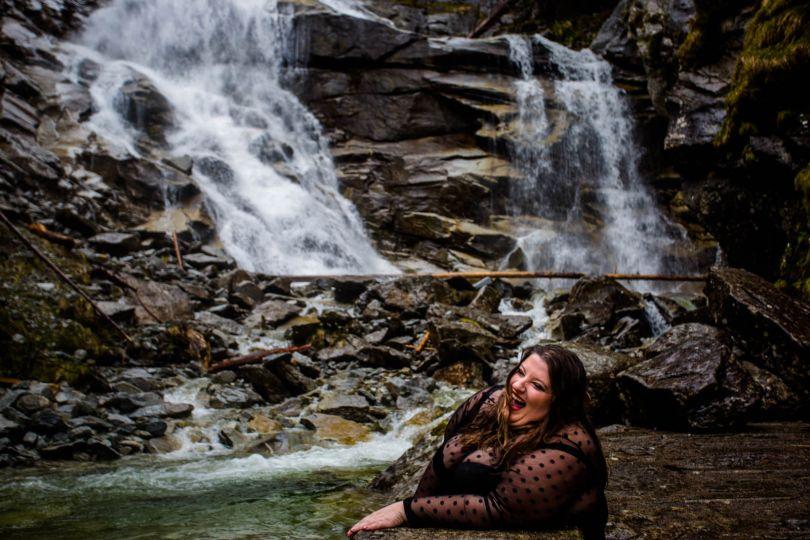 Friederike Delong als Traurednerin im Raurisertal in Österreich beim Spaziergang am Wasserfall in Bad Gastein als Symbolbild für Diskretion bei der freien Trauung
