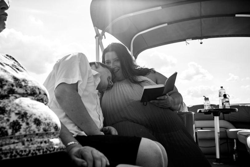 emotionaler Gast bei freie trauung bei hochzeit in hamburg auf dove elbe bei bergedorf auf dem boot mit traurednerin trautante friederike delong festgehalten von steven herrschaft