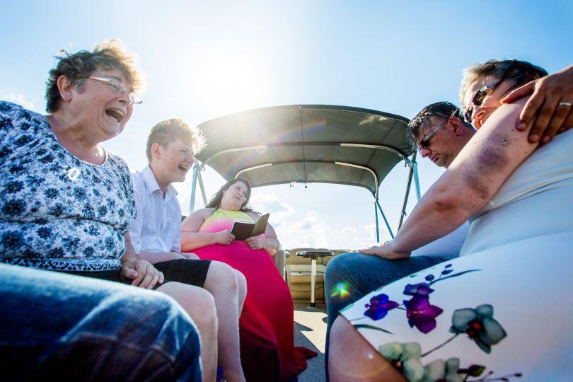 lachende Gäste bei freie trauung bei hochzeit in hamburg auf dove elbe bei bergedorf auf dem boot mit traurednerin trautante friederike delong festgehalten von steven herrschaft