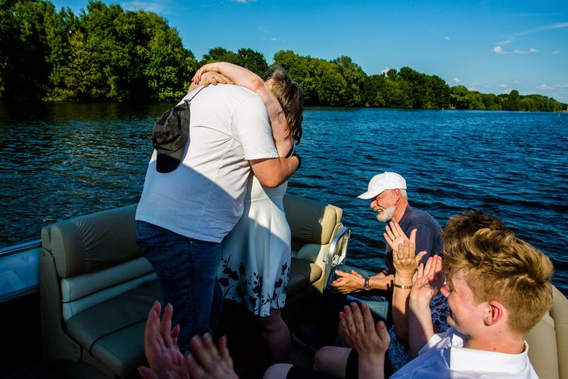 Kuss bei freie trauung bei hochzeit in hamburg auf dove elbe bei bergedorf auf dem boot mit traurednerin trautante friederike delong festgehalten von steven herrschaft
