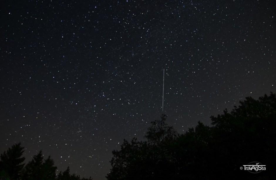 Sternenhimmel nach Norden mit Sternschnuppe