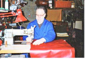 travail du sellier, creer son activité de sellier; atelier de sellieur garnisseur, sellier automobile, sellier ameublement, coudre le cuir, coudre le tissu, machine a coudre de sellier, machine a coudre le cuir, machine a coudre professionnelle, comment se lancer dans la sellerie, formation de sellier garnisseur, metier sellier garnisseur