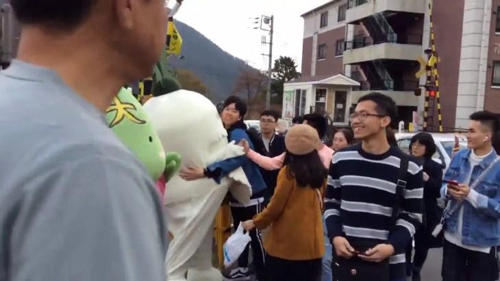 ダイコン爺さん 海外旅行者からハグされる