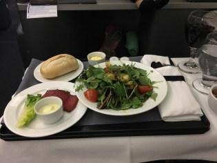 Beide Vorspeisen, der Blattsalat der Saison und die kalte Vorspeise (Thunfisch)