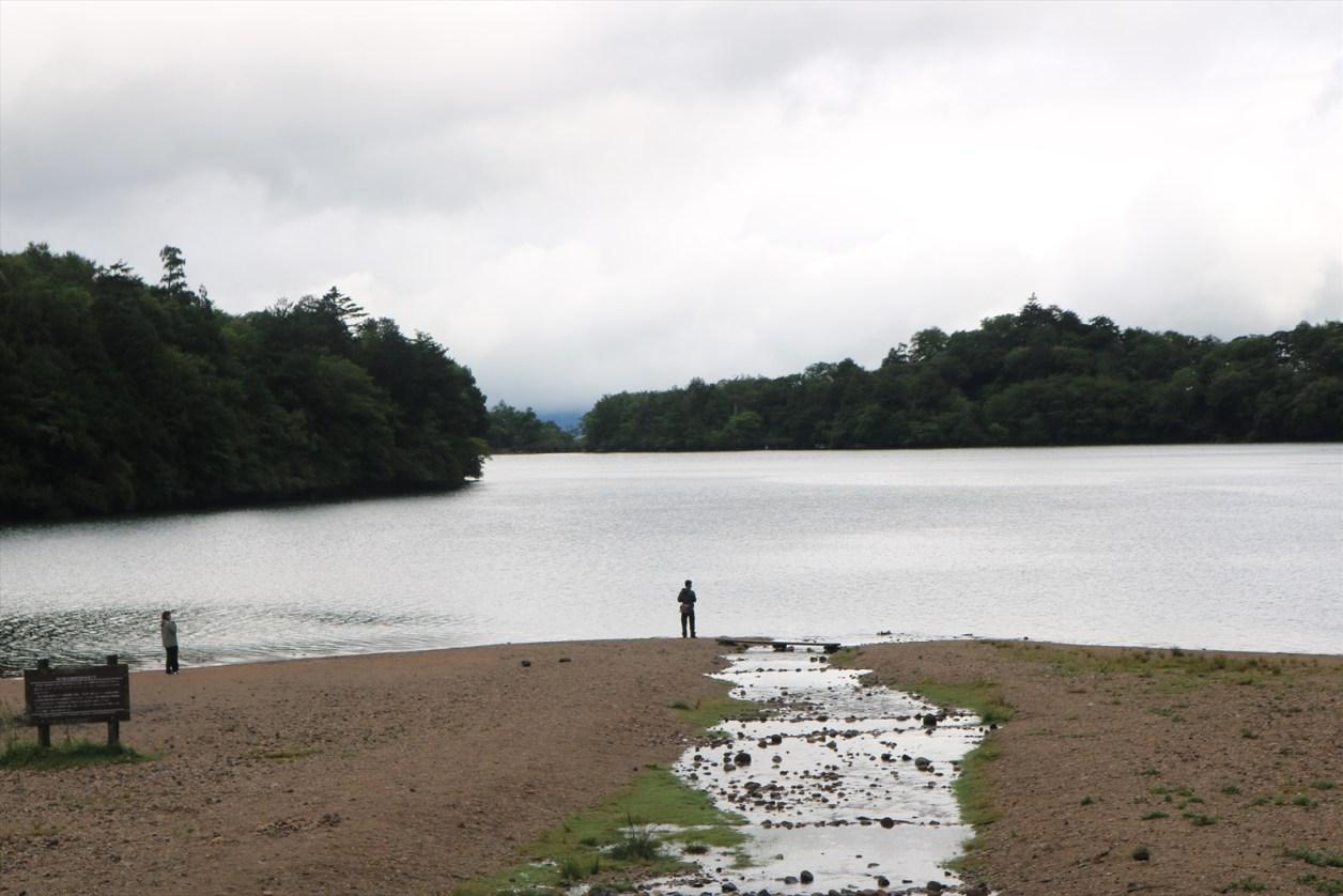 湯ノ湖の対岸