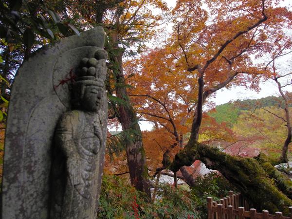 延命寺のお地蔵さまと紅葉