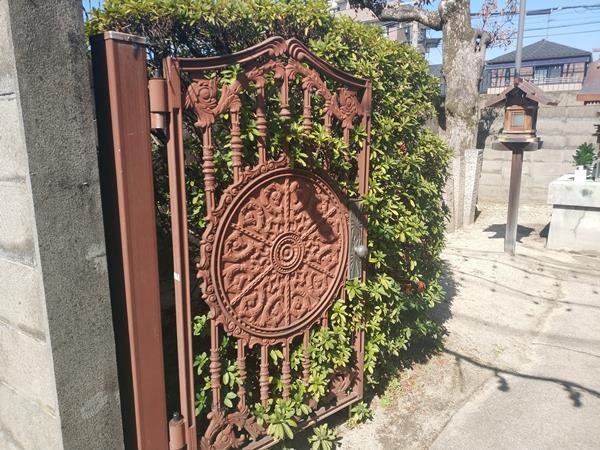 櫟本神社の左鉄扉