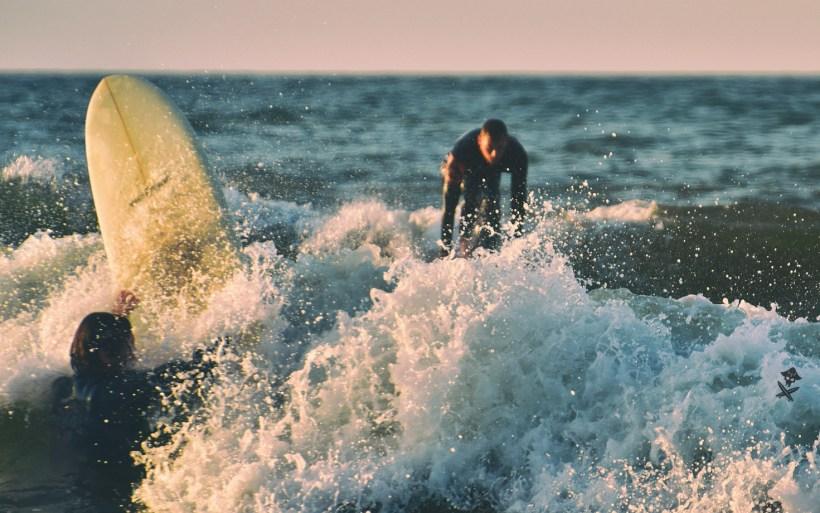 surfer w chałupach padluje na break