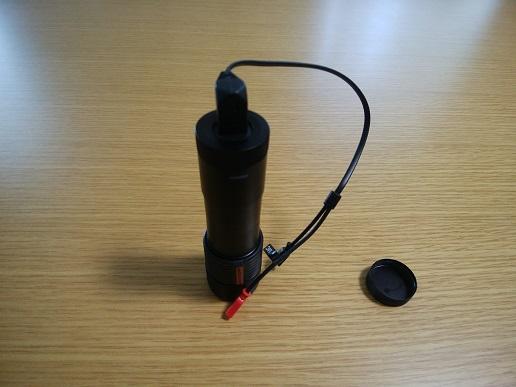 カメラ本体にスピーカー&マイク用USBケーブルを取付