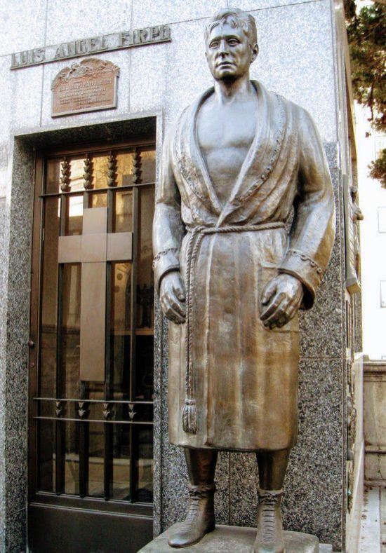 Tomb of boxer Luis Angel Firpo by Dvortygirl [CC BY-SA 3.0]