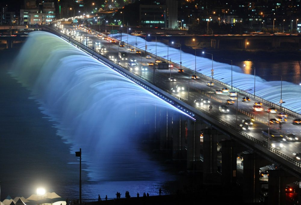The banpo bridge rainbow fountain at night