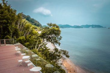 outdoor seating at simhae cafe in geoje