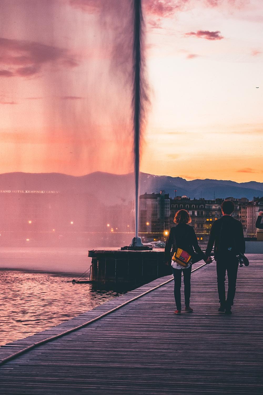 Туристы гуляют возле фонтана Же-До в Женеве
