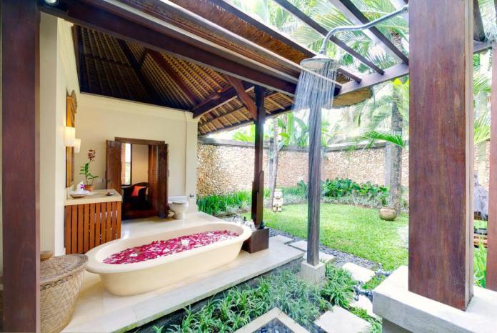 Luxury outdoor bathroom at Villa Maridadi