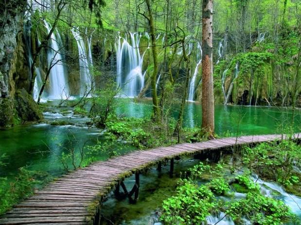 Travel Plitvice Lakes National Park in Croatia