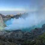 Helderblauw kratermeer op mount Ijen