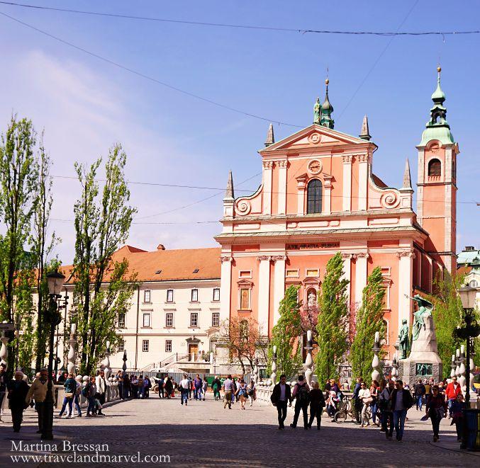 Chiesa francescana dalla facciata rosa a Lubiana