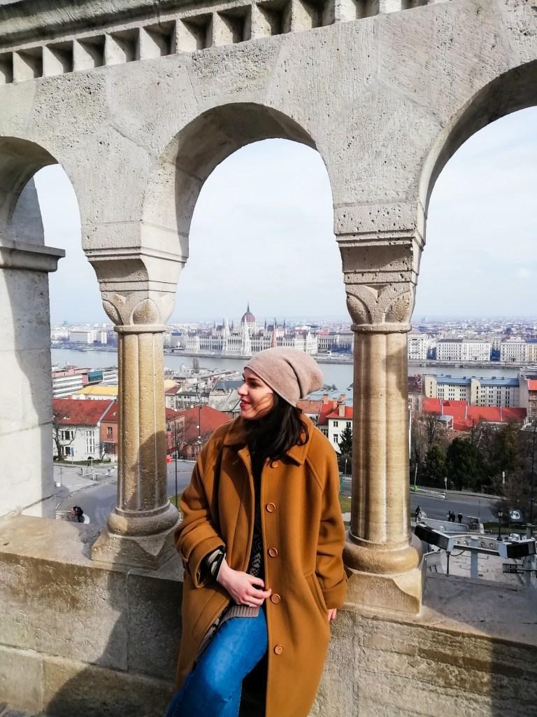 Pogled sa Ribarskog bastiona na Parlament i Peštu na suprotnoj obali Dunava