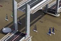 Необычный вертикально-подъемный мост в Бордо