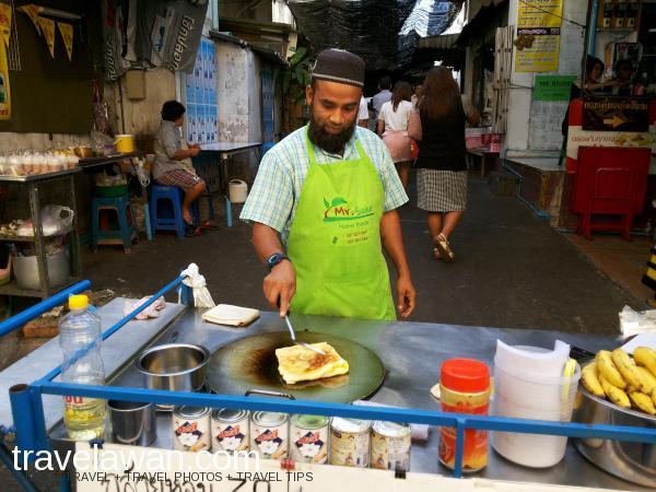 Ada juga jajanan halal Rotee Mataba di street market Silom Soi 5