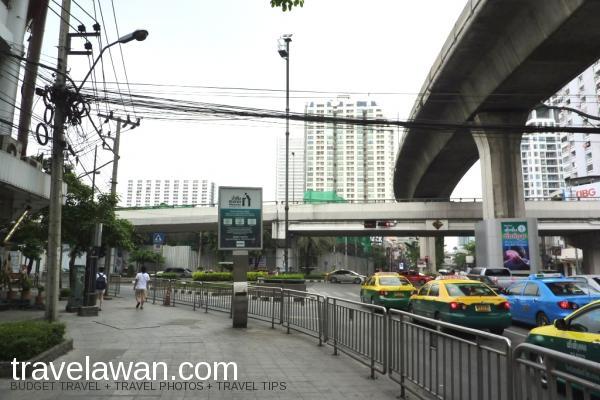 Keluar di Exit 3, dari stasiun BTS ini jalan menuju Phetchaburi Road