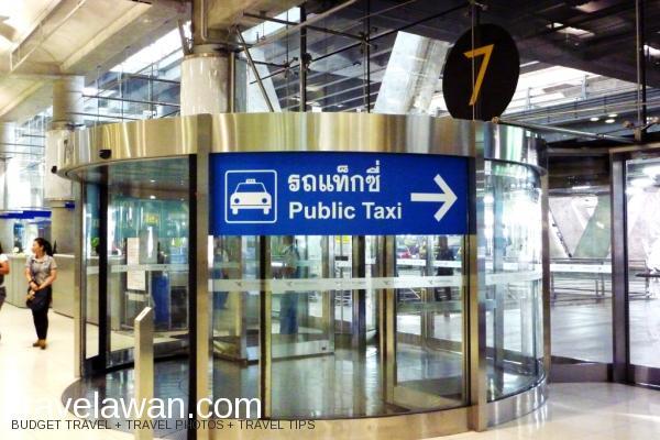 Jika keluar dari Exit 4, belok ke kiri dan jika keluar dari Exit 7, Anda belok k