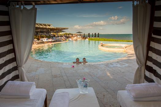 Rosewood Mayakoba con los niños - De una cabaña de la piscina en la tarde con las aguas y el aerosol de Evian