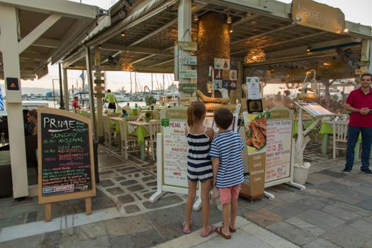 Grecia con los niños: Los niños que toman la decisión final en la cena basada en el menú