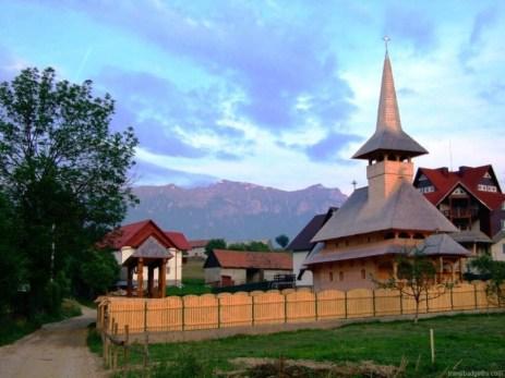 Biserica maramureșană din sat