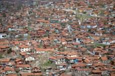 Există dealuri întregi acoperite în totalitate de cartiere cu case de un etaj. Unele sunt renovate în stilul clasic, altele sunt dărăpănături.