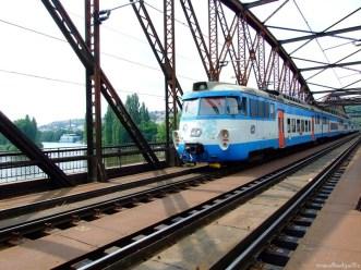 Un tren trece pe Zeleznicni Most, Podul Auriu