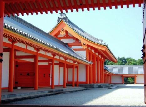 Principalele clădiri ale palatului includ Shishinden (紫宸殿), clădirea pentru ceremoniile la nivel înalt, Seiryōden (清涼殿), zona de relaxare, Kogosho (小御所, înalta curte, Ogakumonsho (御学問所), librăria imperială.