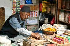 Negustorii îşi vând marfa în mijlocul pieţelor improvizate