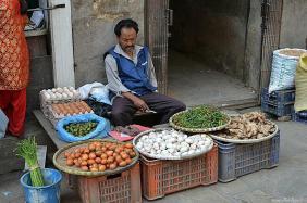 """Ardeii iuţi, usturoiul, ghimbirul şi roşiile tip """"prunişoare"""" sunt ingrediente nelipsite în bucătăria nepaleză."""